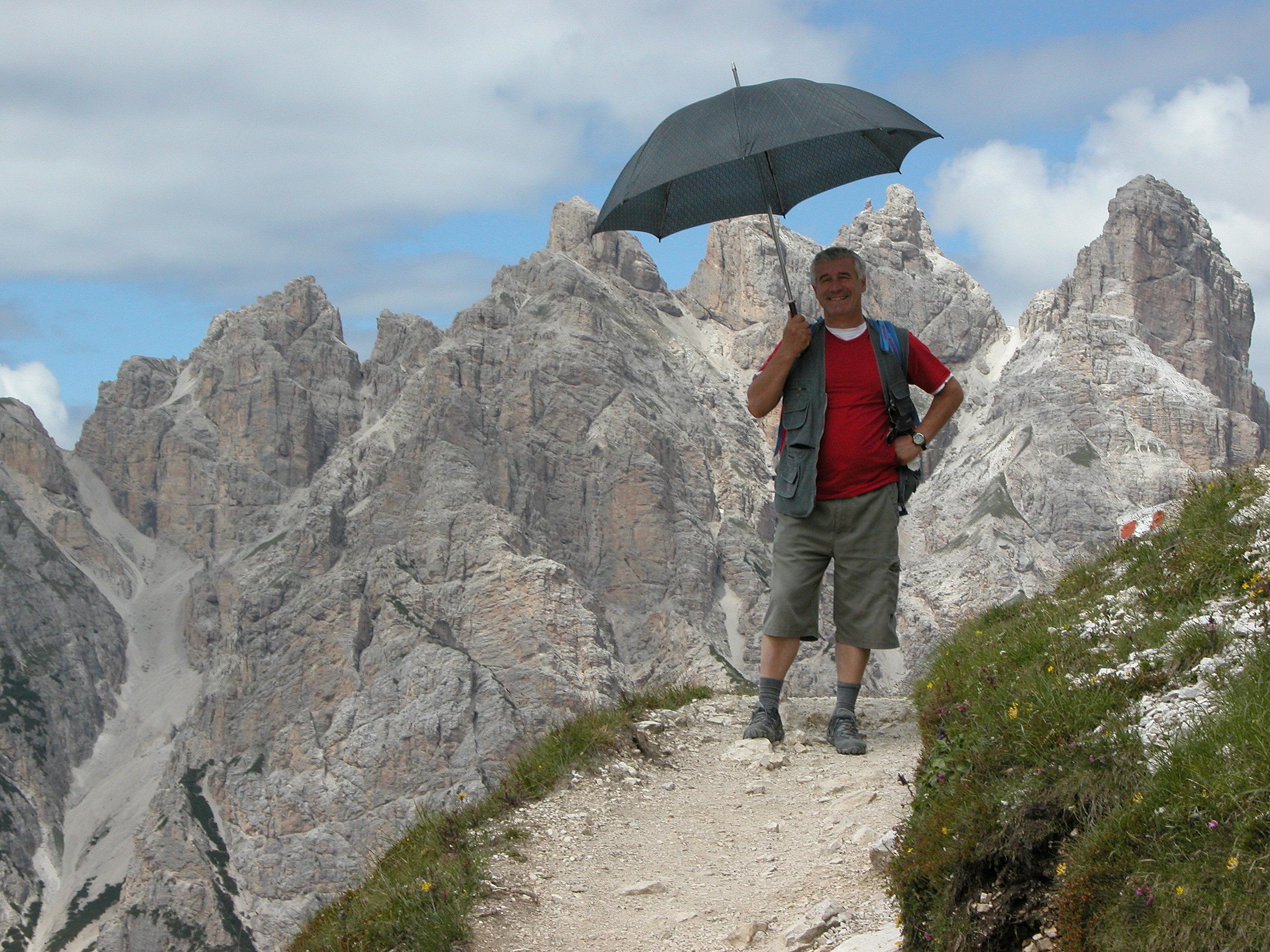 De Niro con l'ombrello sulle Dolomiti in Val Tures